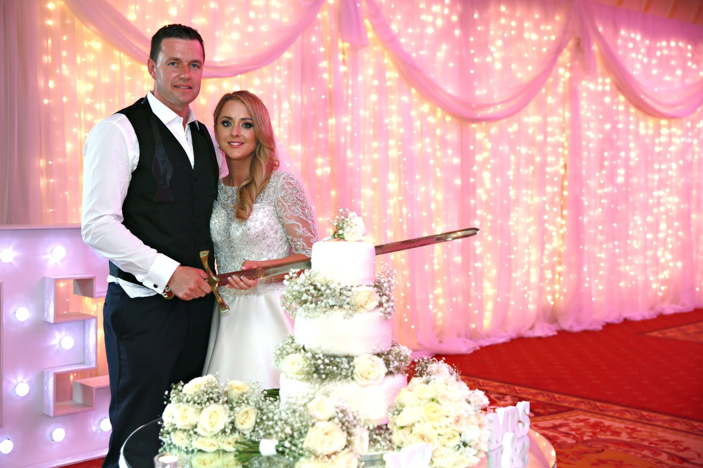 Cannaboe laura and darren cutting their cake at kilronan castle