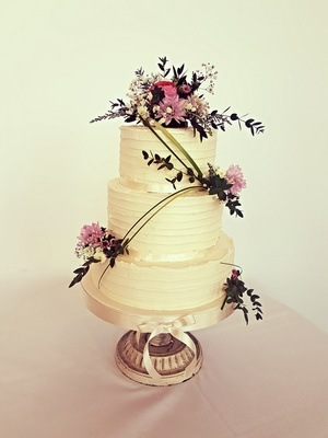 Buttercream vintage and fresh flowers