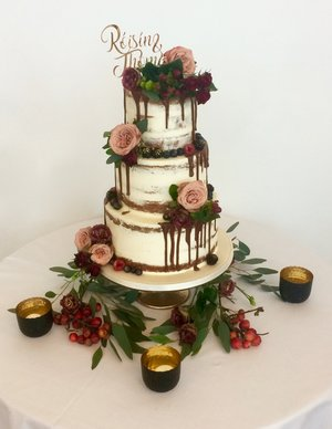 Sweet Burgundy Rose Wedding Cake
