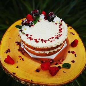Vanilla and cardamom sponge with coconut cream and raspberry