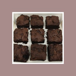 Make someone's day with these amazing chocolate brownies! Treat yourself to a box or brighten your friends or family's day with our delicious chocolate indulgent brownies 😋🍫